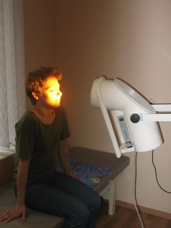 На фото - лечение острого риносинусита с помощью аппарата &quot,Биоптрон&quot,