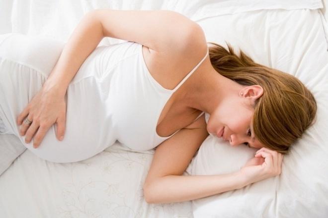 Беременная женщина на кровати