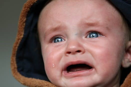 Если у ребенка младше трех лет обнаруживаются беловато-желтоватые пленки или пробки на ткани миндалин, родители должны немедленно обратиться к врачу. Время в таких случаях идет не на дни, а на часы!