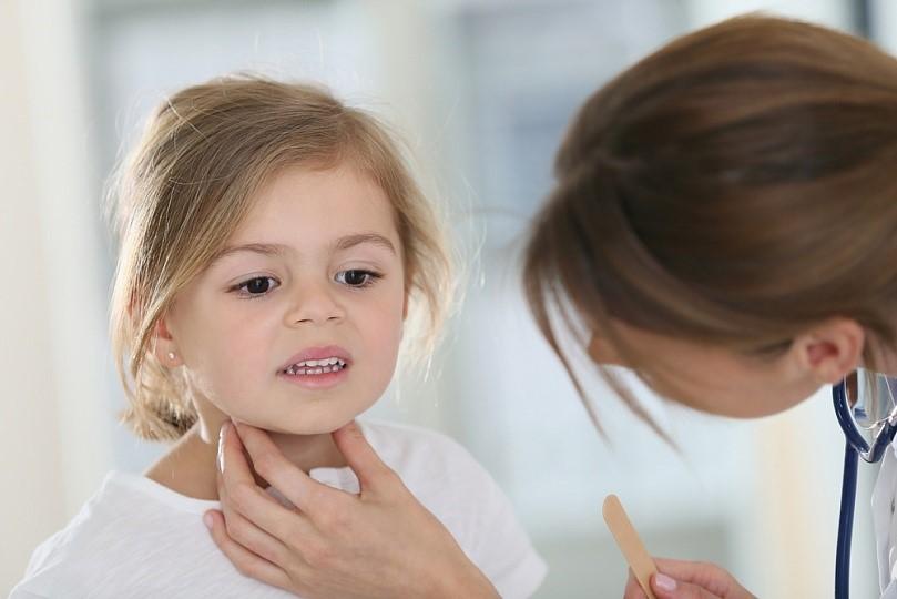 Припухлость и болезненность подчелюстных лимфоузлов – частый симптом бактериальной ангины