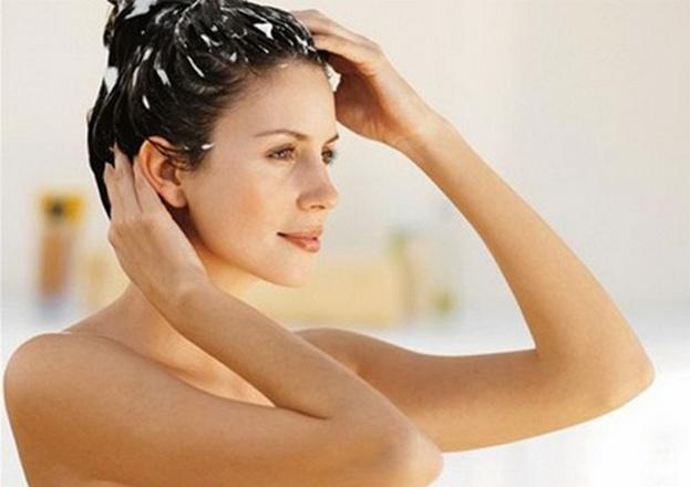 Распределите соду по всей длине волос, массируя кожу головы