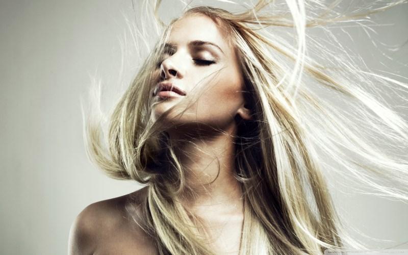 Девушка с длинными осветленными волосами