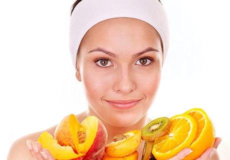Женщина держит в руках фрукты