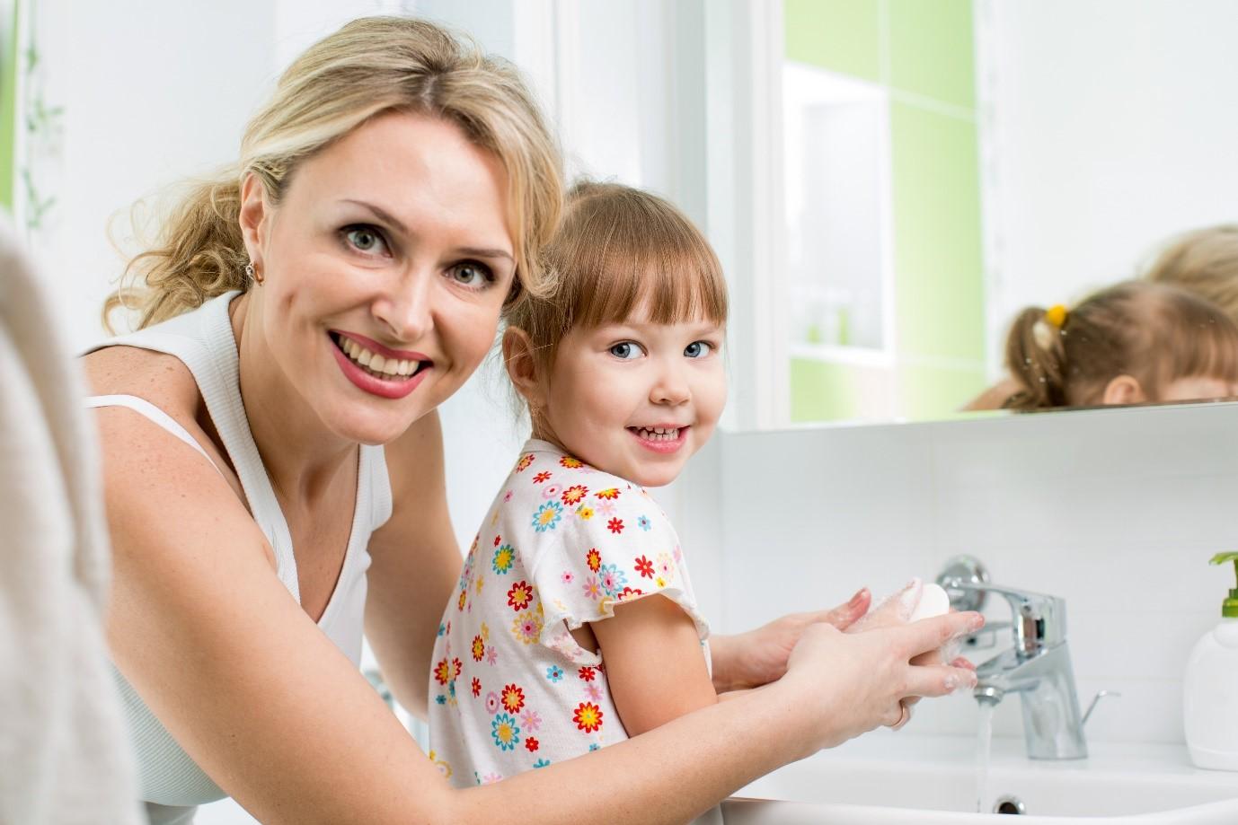 Воспитание у ребенка регулярной привычки мыть руки с мылом убережет его от возникновения инфекционных заболеваний