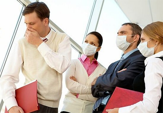 Если вы не знаете, передается ангина воздушно-капельным путем или нет, лучше не рисковать и полностью прекратить общение с больным до момента его выздоровления