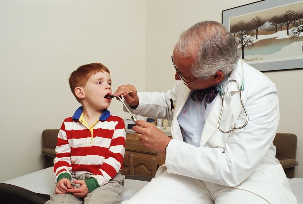 Тщательный осмотр горла помогает врачу подтвердить клинический диагноз ангины