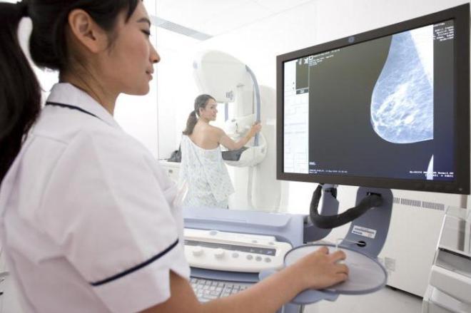Девушка проходит цифровую маммографию