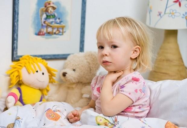 Миндалины у детей младше трех лет еще не сформированы полностью и не способны на локализованный иммунный ответ. Склонность к диатезу и другим аллергическим заболеваниям у этих малышей, способствует появлению дополнительного отека тканей носоглотки при вирусной инфекции