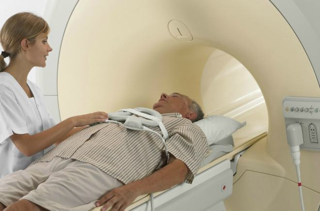 Врач с пациентом на МРТ