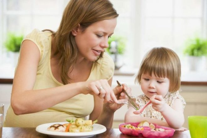 Мама с ребенком кушают