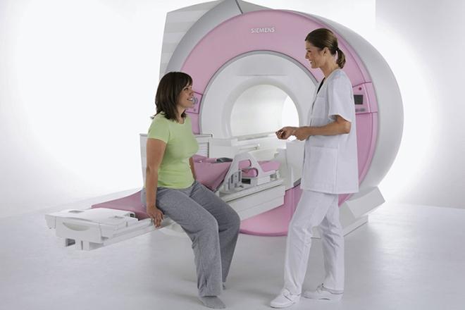 Беременная девушка с врачом перед МРТ