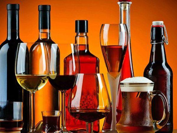 Бутылки и бокалы с алкоголем