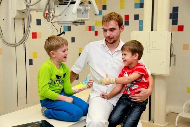 Дети и врач на рентгене