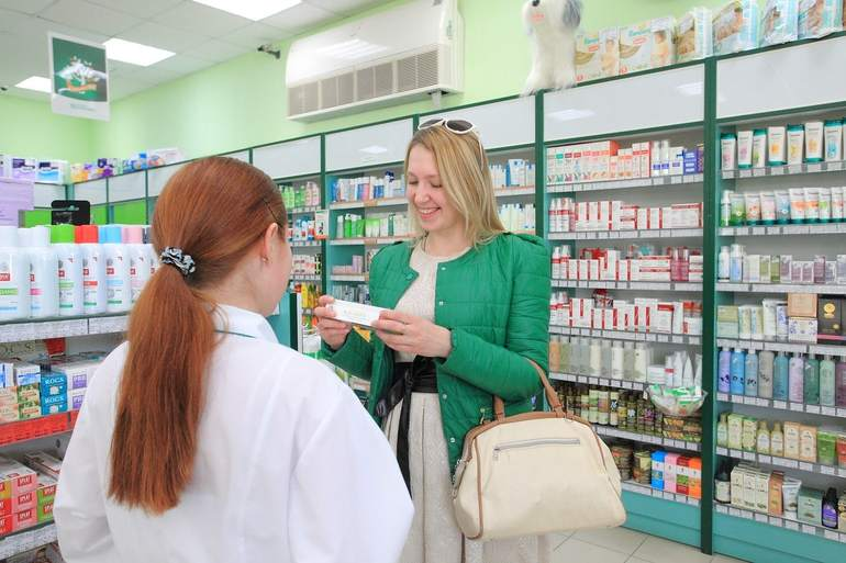 Аптекарь с покупателем