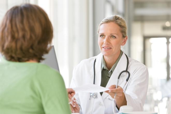 Беременная женщина и врач