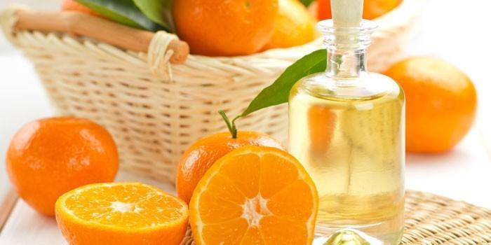 Апельсиновое масло в баночке и апельсины