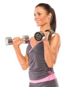 Девушка делает упражнение молот с гантелями