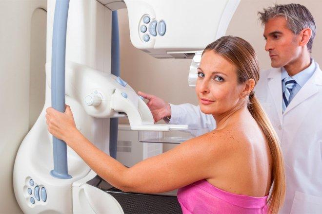 Женщина проходит маммографию