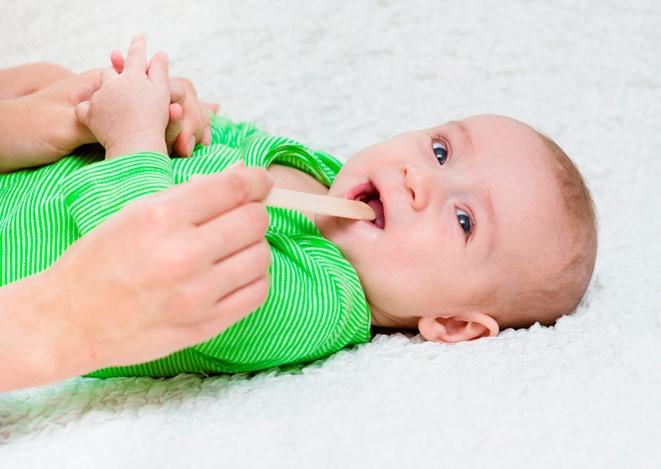 Для детей от месяца до трех лет диагноз ангины является редким исключением из правил. Самые маленькие пациенты чаще страдают от вирусных или бактериальных назофарингитов