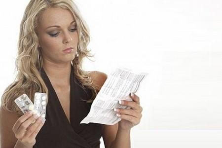 женщина читает инсрукция по применению к лекарству