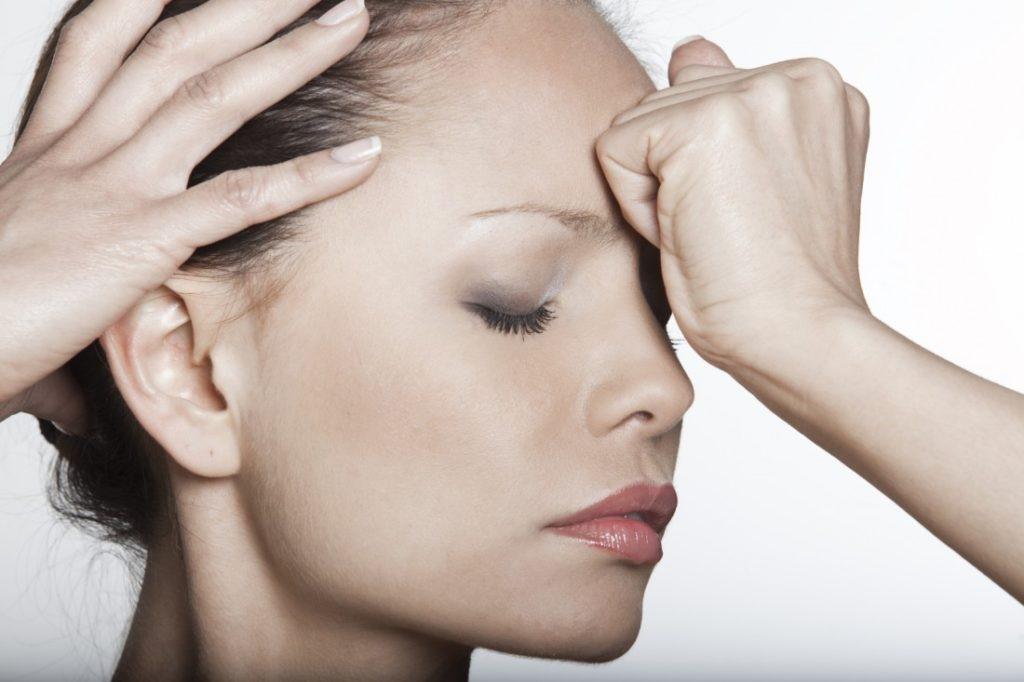 Сильная головная боль в области лба может быть симптомом фронтита.