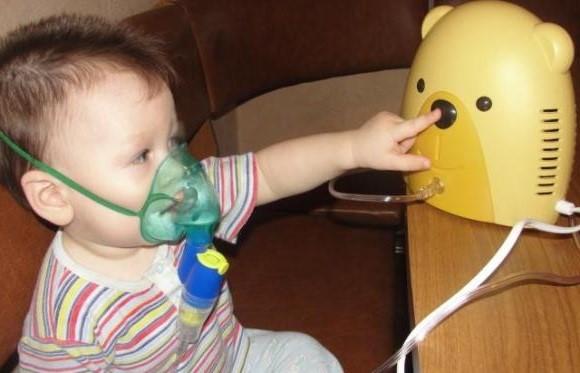 На фото детский небулайзер ― игра прекрасно отвлекает ребёнка от процедуры